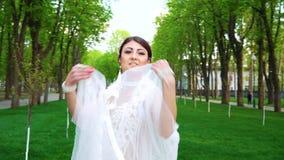 Sch?nheiten in der Braut redeten Kost?me tanzen in sonnigen Park an stock video