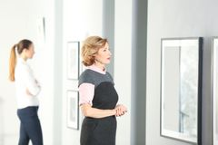 Schönheiten in der Galerie der modernen Kunst Lizenzfreie Stockfotografie