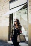 Schönheiten in der Sonnenbrille in der Stadt lizenzfreie stockfotografie