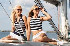 Schönheiten, die mit der Segelboot oder -yacht reisen stockbilder