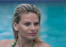 Schönheiten in einem Badeanzug oder im Meerjungfrauendstück über und unter Lizenzfreie Stockfotos