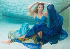 Schönheiten in einem Badeanzug oder im Meerjungfrauendstück über und unter Lizenzfreie Stockbilder