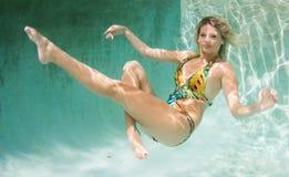 Schönheiten in einem Badeanzug oder im Meerjungfrauendstück über und unter Stockfoto