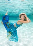 Schönheiten in einem Badeanzug oder im Meerjungfrauendstück über und unter Lizenzfreies Stockbild