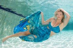 Schönheiten in einem Badeanzug oder im Meerjungfrauendstück über und unter Stockfotografie