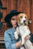 Schönheiten, Mädchen mit einem Hund lizenzfreie stockfotografie