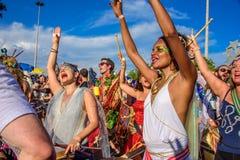 Schönheiten von Bloco Orquestra Voadora, das Trommeln spielt, in Flamengo-Park, Carnaval 2017 singt und tanzt Stockbild