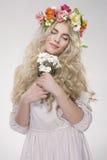 Schönheits-Art- und Weiseportrait Schönheit mit dem gelockten Haar, Make-up Stockfotos