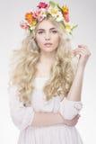 Schönheits-Art- und Weiseportrait Schönheit mit dem gelockten Haar, Make-up Stockfotografie