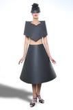 Schönheits-Bild einer Frau, die ein schwarzes Papierkleid trägt Stockbild