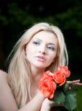 Schönheits-blonde Frau mit Rosen Lizenzfreie Stockbilder