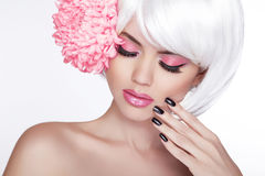 Schönheits-blondes weibliches Porträt mit lila Blume. Schöner Badekurort Wo Stockfoto