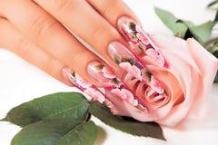 Schönheits-Blumenmusternägel stockbilder