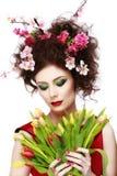 Schönheits-Frühlings-Mädchen mit Blumen-Frisur Schönes vorbildliches woma Stockfotos