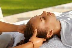 Schönheits-Frau, die Gesichtsmassage erhält Schönheit, die Kopfmassage genießt Frauenfuß im Wasser Lizenzfreie Stockbilder