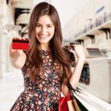 Schönheits-Frau mit Einkaufstaschen im Einkaufszentrum stockbild