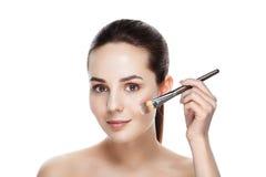 Schönheits-Frau mit Make-upbürsten Natürliches Make-up für Brunette Wo Lizenzfreies Stockbild