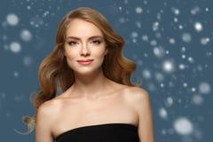 Schönheits-Frauen-Winter-Schneegesicht Porträt Schönes Badekurortmodellmädchen lizenzfreies stockbild