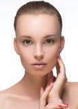 Schönheits-Frauengesicht Porträt-Mädchen mit dem weiblichen schauenden Kameralächeln der perfekten frischen sauberen Haut Nacktes lizenzfreies stockbild