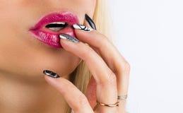 Schönheits-Gesicht mit rotem Lippenstift auf prallen vollen sexy Lippen Nahaufnahme von Mädchen ` s Mund mit Handrührendem Berufs stockfotografie