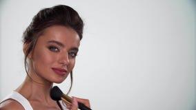 Schönheits-Gesichts-Make-up Das Frauenzutreffen erröten auf Haut mit Bürste stock video footage