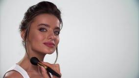 Schönheits-Gesichts-Make-up Das Frauenzutreffen erröten auf Haut mit Bürste stock video