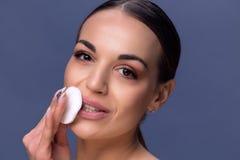 Schönheits-Hautpflege Schöne glückliche Frau, die Gesichtsmake-up usi entfernt Stockfotos