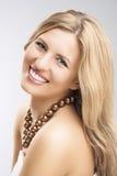 Schönheits-Konzept: Porträt der lächelnden kaukasischen blonden Frau über G lizenzfreie stockfotografie