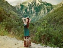 Schönheits-Mädchen, das draußen Natur über Berglandschaft genießt Seien Sie Lizenzfreie Stockfotografie