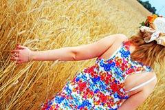 Schönheits-Mädchen, das draußen Natur genießt lizenzfreie stockbilder
