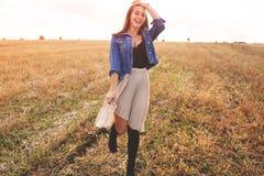Schönheits-Mädchen, das draußen Natur genießt Freie glückliche Frau Lizenzfreie Stockbilder