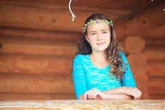 Schönheits-Mädchen, das draußen Natur genießt Jugendliches vorbildliches Mädchen, das auf dem Frühlings-Feld, Sun-Licht läuft Stockbilder