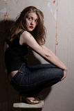 Schönheits-Mädchen in den Jeans und Karosserie Stockfoto