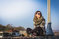 Schönheits-Mädchen im Freien Porträt des lächelnden schönen Mädchengenießens stockfotos