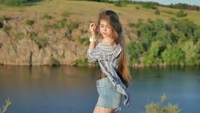 Schönheits-Mädchen mit dem gesunden langen Haar draußen stock video