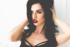 Schönheits-Mädchen mit rotem Lippenstift-Porträt Stockfoto