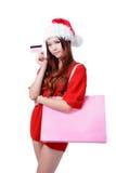 Schönheits-Mädchen nehmen rosafarbene Kreditkarte und Einkaufstasche Stockfotos