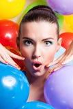 Schönheits-Mädchen-Porträt mit buntem Make-up, Nagellack und Zubehör Bunte Atelieraufnahme der lustigen Frau Klare Farben lizenzfreie stockfotos