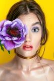 Schönheits-Mädchen-Porträt mit klarem Make-up Mode-Frauenporträtabschluß oben auf gelbem Hintergrund Helle Farben Maniküre bilden stockbild