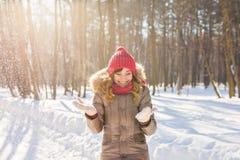 Schönheits-Mädchen-Schlagschnee in eisigem Winter Park draußen Fliegenschneeflocken Stockbild