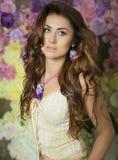 Schönheits-Mode-Frauen mit Blumenhintergrund Sommer und Frühling stockfotografie