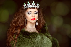 Schönheits-Mode-Modell Girl im Pelz-Mantel Diamantschmuck Beautifu lizenzfreie stockfotografie