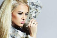 Schönheits-Mode-Modell Girl im Pelz-Mantel Schöne Luxuswinter-Frau Blondes Mädchen Stockfotos