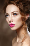Schönheits-Mode-Modell Girl mit dem gelockten roten Haar, lange Wimpern. Lizenzfreie Stockfotos