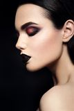 Schönheits-Mode-Modell Girl mit Schwarzem bilden dunkel Lizenzfreie Stockfotos