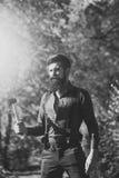 Schönheits-Mode-Modell-Mann Art und Weiseblick Blockwinde mit Bart Lizenzfreie Stockfotografie