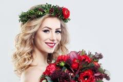 Schönheits-Mode-Modell mit Blumen Lizenzfreie Stockfotos