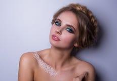 Schönheits-Mode-Modell Woman, Porträt, Frisur mit Borten Mehndi, weiße Hennastrauchtätowierung auf Schultern Lizenzfreies Stockbild