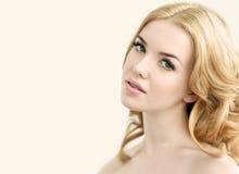 Schönheits-Modell mit perfekter frischer Haut, den langen Wimpern und den Zähnen Stockbild