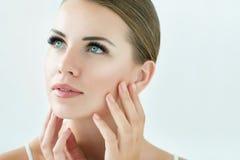 Schönheits-Modell mit perfekter frischer Haut und den langen Wimpern Stockfotos